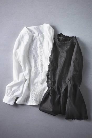 襟や裾などがフリルになっている洋服は、モノトーンのコーディネートにキラリとしたセンスを添えてくれます。洋服のサイズはジャストサイズよりも少しゆったり目のサイズを選んでみましょう。ゆったりとした雰囲気は上品さやナチュラル感を引き立てます。さらに首元や手首、足首を少し見せることで、おしゃれ度がアップしますよ。