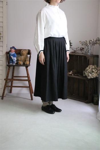 襟がちょこっとフリルのブラウスに袖元の黒いラインが、全体のアクセントになっています。さりげないポイントにもこだわってみましょう。