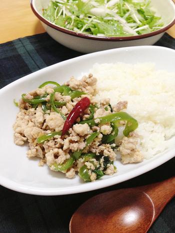 このレシピでは、レモンをお米とともに炊き込んで、あとでレモンは取り除いています。軽くレモンを香らせたいときには、いい方法かもしれませんね。タイの人気料理のガパオに、レモンライスはとてもよく合います。