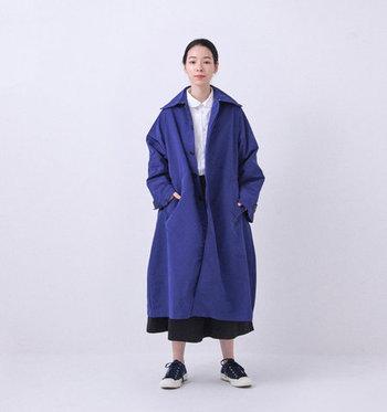 深みのある上品なブルーが目を弾く主役級コート。シンプルなデザインの中に、大ぶりな襟やAラインのシルエットなど'60sのクラシカルな要素を散りばめています。形状記憶と撥水機能を備えた素材で機能性もバツグンです。  丸襟のブラウスと黒のロングスカートに合わせて、クラシカルな雰囲気を存分に楽しむのもアリ。コートのブルーを際立たせるためにモノトーンでまとめるのがポイントです。足元はスニーカーで外しを効かせて!