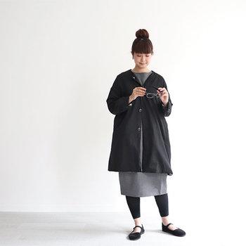 ノーカラーのシンプルなデザインとゆったりとしたドロップショルダーが魅力の一枚。しなやかで光沢のあるコットンギャバジンを使うことで大人っぽい表情に仕上げています。裏地は大きなドット柄!動くたびにチラリと見え隠れしてかわいい♪  スカートを合わせるときは、ストンと落ちるシルエットを選ぶときれいにまとまります。カラーはブラック×グレーのシックな組み合わせがおすすめ。カンフーシューズなど足元にトレンドをプラスしてみて。