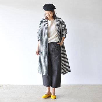 飽きのこないオープンカラーのコート。ドロップショルダーとオーバーサイズなデザインで、シルエットに今っぽさを取り入れています。モノトーンのギンガムチェックは上品で大人の女性にぴったり。  白トップス×ネイビーのワイドパンツのシンプルコーデの上からガウンのようにさらっと羽織ると素敵。ベレー帽とイエローのバレエシューズをプラスすればパリジェンヌ風コーデの完成です。