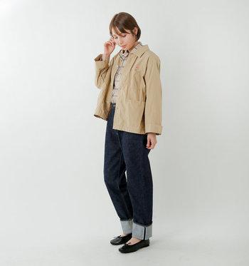 ベーシックな「ダントン」のシャツジャケットは、一枚あると何かと便利。ふんわり軽いシャツ生地はどことなく上品さも漂い、ワークテイストのパンツはもちろん、スカートにもよく似合います。  なんでも似合うジャケットですが、やっぱりデニムとの相性はバツグン◎チェックシャツをインしてバレエシューズを合わせたちょっぴりきれいめなデニムコーデがおすすめです。