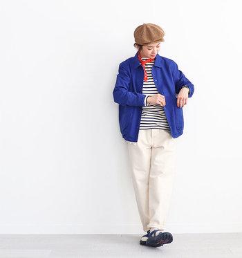 着るだけで気分がパッと明るくなる爽やかなブルーのジャケット。ユニセックスなデザインはこなれ感たっぷりで、いつものコーデをセンスアップしてくれます。  ボーダーカットソーとホワイトパンツに合わせれば、簡単にマリンルックがつくれます。キャスケットやスカーフなど小物で色をプラスすれば、さらにワンランク上のコーデに♪