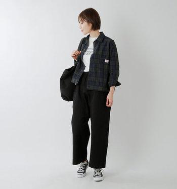 落ち着いた色合いのブラックウォッチ柄は、派手すぎないので柄物アウター初心者さんにもおすすめ。さらっと羽織るだけでオシャレ度がUPします。軽くて丈夫なナイロンタフタ素材と、細すぎず太すぎない絶妙なサイジングも魅力的。  ボタンを全部留めてもかわいいデザインですが、白Tシャツをのぞかせてもオシャレ。Tシャツの裾をパンツにインすれば、スタイルよく見えます。
