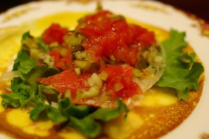トマトやピクルスが乗った、薄めの「ブリニ」。家では味わえない、手間暇かけた本格的な料理を「ブリニ」とともに味わいましょう。