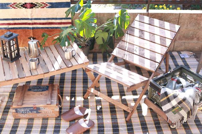 庭やベランダでのリラックスタイムにぴったりな、角度を3段階に調整できるリクライニングチェア。一見難しそうですが、シンプルな材料で簡単に作ることができます。折り畳めるので、使わないときはコンパクトに収納できるのも魅力。