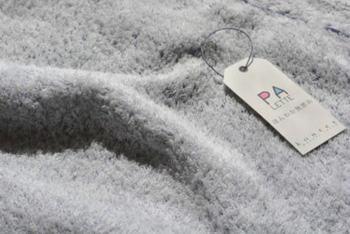 通常は綿花の繊維をねじって1本の糸にしていますが、無撚糸は糸の撚りが少ない分、繊維間に空気をたくさん含み、ふんわりとした柔らかな風合いとなるのが特徴。   パイルが水をぎゅっと吸い込み、吸水性・保温性にも優れています。「蒸しタオル洗顔」は勿論、大人から子供まで気持ちよく使うことが出来ます。