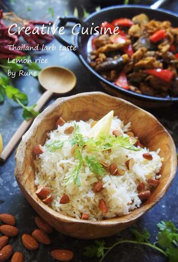 写真は、マーボー茄子風の炒め物とレモンライスを組み合わせています。ガパオ風のエスニックな味つけなので、レモンライスの味も引き立ちます。