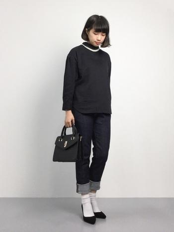 スタンドカラーの黒シャツとリジッドデニムのキレイめコーディネート。カジュアルなデニムも、色やシルエットをはじめ、シャツの襟元や小物使いできちんと感を演出することができますね。