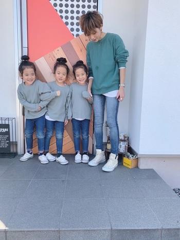 三つ子ちゃんとママのリンクコーデは、スウェット、デニム、スニーカーのシンプルカジュアルな着こなし。成長とともにすぐに着られなくなる子供服は、UNIQLOやGU、しまむらや西松屋などでプチプラアイテムを探す、という方法も。お財布にも優しく親子リンクコーデをしてみましょう。