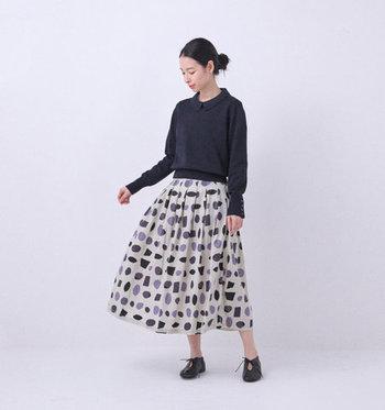 ○や□のモチーフが並ぶ、遊び心たっぷりのプリーツスカート。存在感バツグンですが、淡い色使いと手描きの優しい風合いで品良く着こなせます。  スカートを際立たせるために、トップスはシンプルでコンパクトなタイプがおすすめ。夏は無地のTシャツを合わせるだけでもオシャレ♪一枚あると頼りになります。