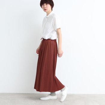 サテンに2度細かいプリーツを入れた贅沢な一枚。他にはない表情豊かなプリーツスカートは、カジュアルなトップスを合わせてもレディライクな着こなしが叶います。  ウエストのリボンが見えるようにトップスインすれば、センスアップだけでなくスタイルアップ効果も期待できます!