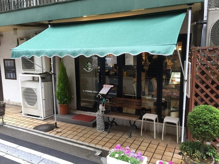東京メトロ千代田線・赤坂駅から徒歩約5分、東京メトロ南北線・溜池山王駅から徒歩約8分の所にある「ホットケーキパーラー フルフル 赤坂店」。雑居ビルの1Fにひっそりと佇む名店です。人気のお店なので、土日祝日は並んでいることが多いかも。お時間に余裕をもって行ってみてくださいね。