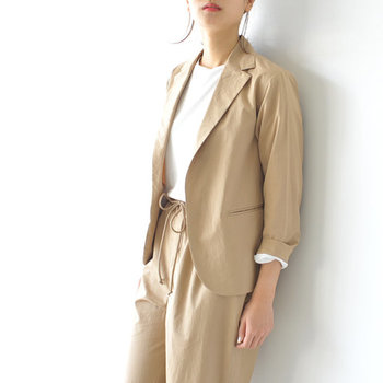 ジャケット×パンツのセットアップは、ワントーンコーデに欠かせないアイテム。ベージュを選べばかっちりし過ぎないので、ON/OFF着回せます。  ハンサム顔のテーラードジャケットは、ボタンレス&肩を落としたデザインで程よくリラックスした着こなしに。真っ白なカットソーをINして、袖をラフにまくればさわやかな抜け感をまとえます。