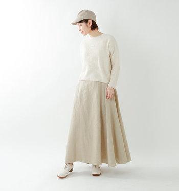 程よいハリとドレープ感が魅力のリネンスカートは、ベージュをセレクトすればリラックスムード漂う大人のデイリーコーデに。きゅっとしたウエストラインで、品よく着こなせる優秀な一枚です。  トップスや小物もナチュラルカラーで統一して、淡いグラデーションをつくってあげるとオシャレ度がグッとアップします。