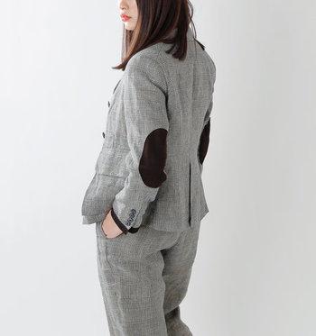 長く大切に着たいクラシカルなジャケット。1920年代のツイードジャケットをデザインソースにした千鳥格子のジャケットは袖を通すだけでクラスアップした着こなしに。ラペルに付けられた取り外し可能な小さめリボン、袖口の羊革パイピング、アイコニックなエルボーパッチなど、どこか可愛らしいディテールも魅力的です。  あえてデニムやワークパンツに合わせたり、スカートで甘辛MIXに仕上げたりと、ON/OFF問わず様々なスタイリングを楽しんでみて!