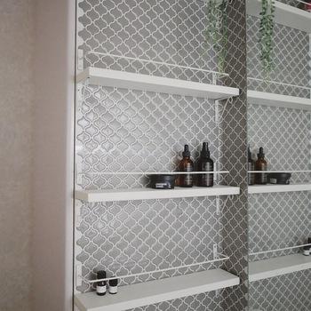 既存の洗面台を外し、棚とアイアンバーでDIYしたアイデアです。 壁紙を変えるだけで、雰囲気が一変♪タイルシールと小さな棚だけで、シンプルでおしゃれな空間になっています。