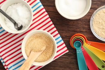 原材料で区分する方法もありますが、わかりやすいのは砂糖の作り方による区分で、糖の精製の度合いによって色や形、味が違ってきます。