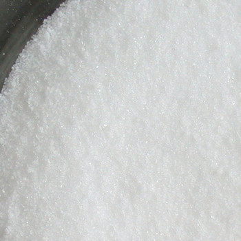 紅茶やコーヒーに入れる砂糖としても使われる「グラニュー糖」は、砂糖類の中でも糖の精製度が高い物です。99.97%がショ糖と呼ばれる成分で味わいはあっさりしています。サトウキビなどから純粋な糖分を取り出したものなので、漂白されているわけではありません。
