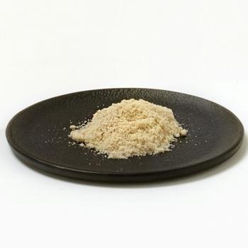黒糖やてんさい糖など、砂糖に茶色っぽい色がついているのは、精製の度合いが弱めで灰分やミネラルなど純粋な糖以外の成分を含むためです。 ※ただし、三温糖については色がついていますが精製の途中で熱が加わるため着色した物なので、ショ糖の比率が96%ほどあり、ミネラルが多く含まれるわけではありませんので注意。
