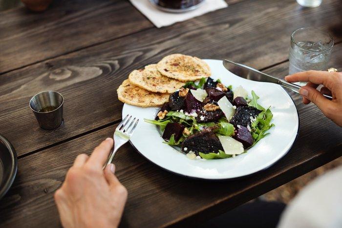 そばは炭水化物でありながら、低GI食品としてダイエットにも向いている食品です。そのそば粉を使用している「ブリニ」は、とてもヘルシーなパンケーキです。おまけに色々な食材と合わせるプレーンな味わいを保つため、砂糖をほとんど使いません。  大きさが小さいのも魅力的な料理ですが、美味しすぎて小さくてもパクパクたくさん食べてしまいそうなのが、罪な所かもしれません!
