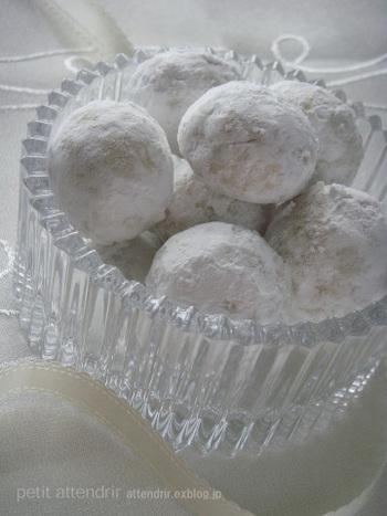 """「粉砂糖(粉糖)」は、グラニュー糖を粉砕して粉にした物です。湿気やすい特性がありますが""""泣かない""""と言われるタイプは、コーンスターチなどを添加して仕上げに使う上での弱点をカバーしています。口に入れた時にふわサラっと溶ける味わいも粉砂糖ならでは。"""