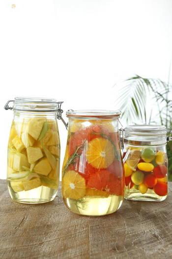 砂糖が持つ働きには、食材の水分を操作する物があります。砂糖を果物などにかけてしばらく置くと水分が出ますが、これは砂糖が水分子と結合しやすい性質によって外側に水を引き出した事によって起こります。果物のシロップ漬けは、砂糖の力で作られます。