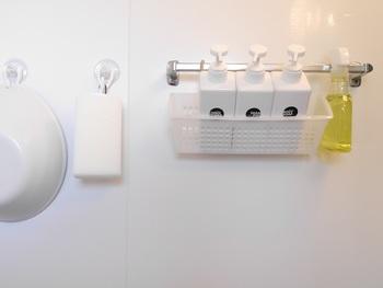 お風呂グッズは床や壁から離しておくと、ヌメリやカビから防ぐことができます。フックやタオルバーなどを使って、通気性のよい収納方法を考えましょう。