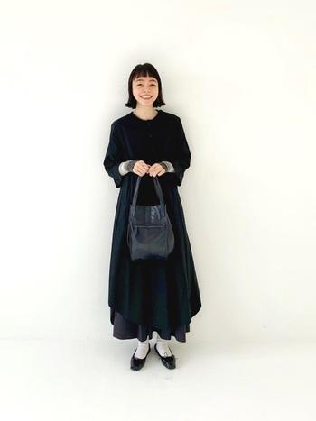 ギャザースカートを重ねて着ることでロマンティックさが増しますが、バッグをレザーにすると大人感が出ます。少しかしこまった場所にも使いやすいアイテムです。