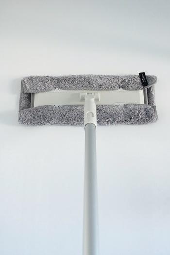 手の届きにくい天井や高い部分の壁は、フロアワイパーに、ぬらしたマイクロファイバーを装着してお掃除していきましょう。そのままでも十分汚れは落ちますが、クエン酸スプレーを染み込ませて拭くと、ガンコな汚れも落ちやすくなりおすすめです。  低い部分の壁には皮脂汚れなども付着しているので、スポンジに石けんを揉みこみ、重曹をつけてこするとキレイに落ちます。