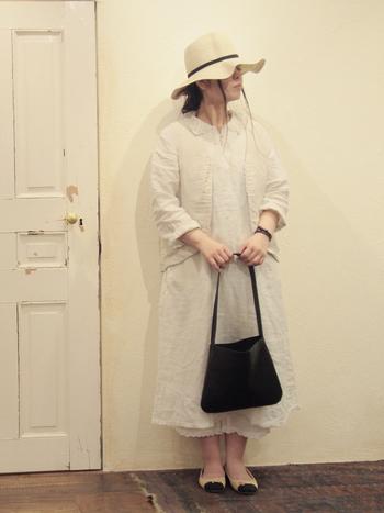 真っ白なアイテムで全体をまとめたスタイルも素敵です。ハリのあるきれいな麦わら帽子の細い黒ラインは、女性らしさを引き立てます。