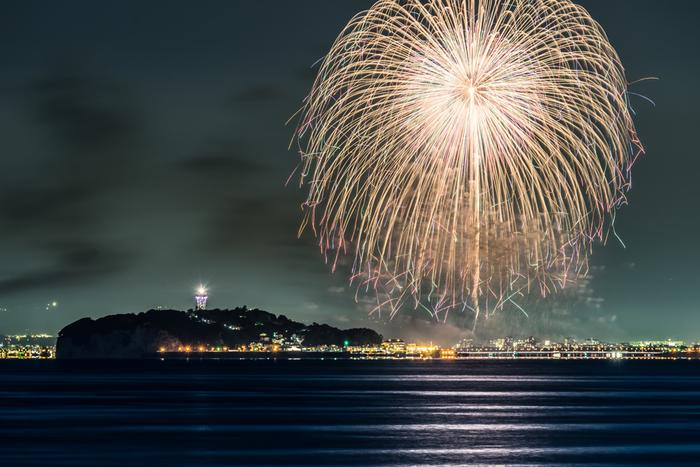 実は、秋にも花火大会があります。毎年10月に片瀬海岸西浜で開催される「ふじさわ江の島花火大会」は、江ノ島をバックに観賞することができます。澄んだ秋の夜空に打ち上がる大輪の花火は必見です。