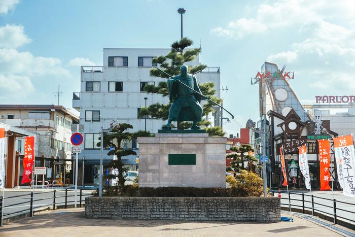 JR紀伊田辺駅前にある弁慶の像。田辺市は弁慶生誕の地という説があり、同市内の「闘鶏(とうけい)神社」には、弁慶の産湯を沸かしたといわれる釜が残されています