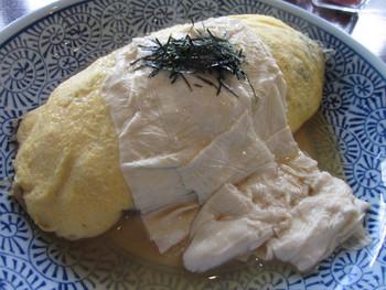 一番人気は、オムライスに湯葉という斬新なスタイルの「とろ湯葉オムライス」。ひじきが混ぜ込まれたごはんに、薄い玉子が巻かれ、とろとろの湯葉がたっぷりのっています。