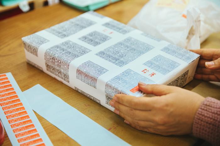 デラックスケーキのパッケージや洋菓子に使用している包装紙は、デザイナーをしていた勝子さんの妹さんが手掛けたもの。シンプルで品のある表情が、贈り物にもぴったりです