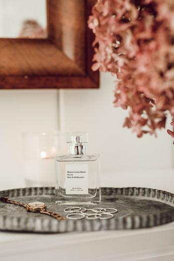 いつも何となくシュッと香りをまとって外出しているという方も多いと思いますが、実は香水にはきちんと決められた使い方があるんです。また、記事ラストでは意外と知られていない「使用後の処分方法」についてもしっかりご紹介しますね。