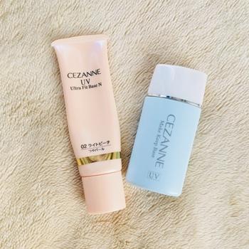 プチプラの化粧下地で圧倒的な人気を誇るセザンヌ。「UV ウルトラフィットベース N」は高保湿の下地で、瑞々しい肌作りを助けてくれます。色はライトベージュ、ライトブルー、ライトピーチの3色です。 また、同じくセザンヌの「皮脂テカリ防止下地」は崩れにくいということでSNSでも話題。メイクが崩れを防ぎ、化粧もちをよくする成分を配合した下地とのことで、一時は人気で品切れになることも。色はピンクベージュライトブルーとライトブルーの2色です。