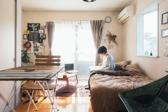 コンパクトな住まいでは、動線や視線を遮らないように、機能的にレイアウトすることが大切です。ワンルームなら、部屋に入ってからベランダまで、すっと一直線に通路ができるように家具を配置します。動作が最短距離、あるいは一か所で完結するようにレイアウトするのが理想です。