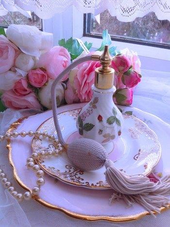 陶器のボトルに長く伸びたポンプの付いたタイプは、置いてあるだけでときめく可愛らしさ。香水をつけるのが楽しみになりそうですね!