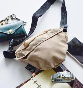 通常のウエストバッグよりも、ころんとした丸みのあるフォルムがかわいらしい、ニューヨーク発のブランド「MELO」のスモールウエストバッグ。スマートフォンにハンカチ、リップ、ミニ財布をいれて、さあ、どこへお出かけしよう?