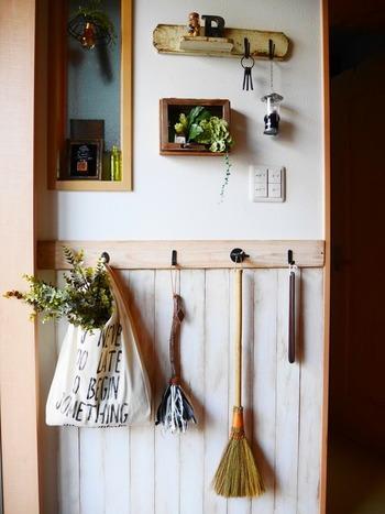 腰壁も付けるとおしゃれな玄関を演出でき、汚れ防止にもなりいいですよね。  腰壁の上からなら、賃貸でも飾り棚や雑貨を取り付けやすくなるメリットもありますよ。