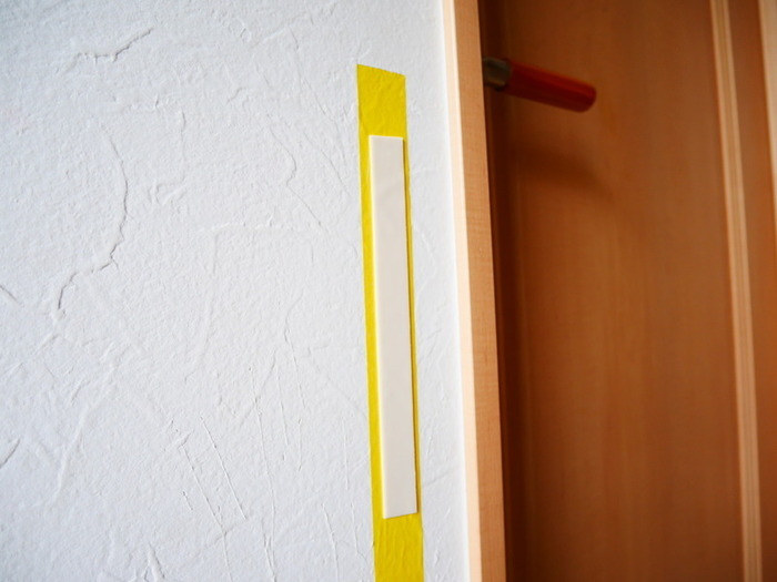 ホームセンターなどで木材をカットし、ペイントしておきます。 マスキングテープの上から、両面テープを貼り、板を並べながら貼り付けていくだけ。 とても簡単にDIYできます。