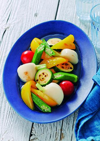 焼き目をつけたカラフルな野菜を、白だしに漬け込んで。作り置きしておけるので、じっくり味を染み込ませておきましょう。おしゃれな楊枝を挿して、ピンチョスのように演出するのもいいですね。