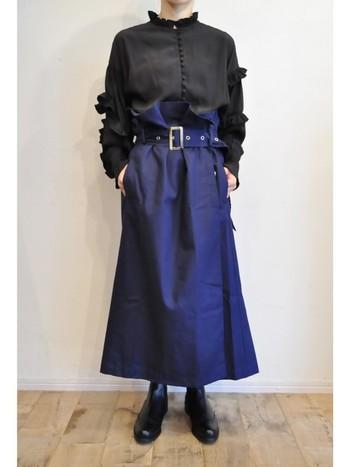 フリルのデザインシャツも黒なら甘くなりすぎません。ベルト付きハイウエストスカートにインしてすっきりと。ハリのある素材感も相まって洗練された印象に。