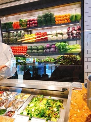 常時、15種に及ぶ野菜(スーパーフード、グレインズ含む)・肉・魚がスタンバイ。