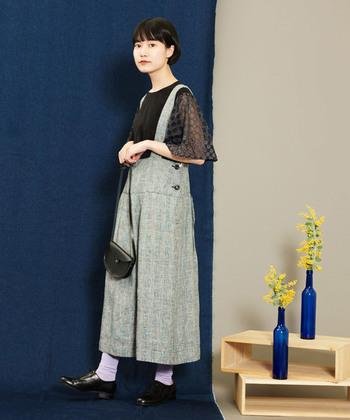 細やかなグレンチェックのスカートは、無地感覚で使える万能選手。全体をモノトーンでまとめ、春色の靴下でハッピーなアクセントを。