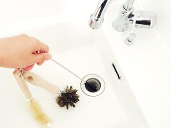 例えば、丸いブラシはシンクや洗面ボウル、L字のブラシは蛇口周りやオーバーフロー穴、細長いブラシは通常のブラシでは届きにくい排水溝の中、と用途に合わせて使い分ける事が出来る優れもの。 ブラシの毛は、ほど良いコシがある豚毛を使用し、汚れやゴミをしっかりと掻き出してくれます。 それぞれ3つのブラシは、リングに付けてまとめておく事ができるので、水切りの時や保管にもとっても便利!ついつい後回しになりがちな水周りのお掃除も、こんな頼れるブラシセットがあれば、きっと楽しい時間になりますね♪
