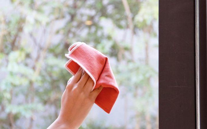 力も洗剤も不要で、様々な物をピカピカにしてくれる優れものの「テッククロス」。蛇口や鏡、ガラス、大理石などの手垢や水垢や、キッチンのこびりついた油汚れなど、気になる汚れを、みるみる落としてくれます。500回もの洗濯にもよれないタフさなので、市販の研磨剤入りスポンジなどと比べても、エコでとっても重宝します。