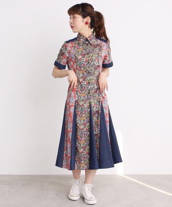 華やかな色合いのワンピースは、1枚で主役級。スニーカーにも合うほどよいドレス感で、普段使いもしやすいアイテムです。